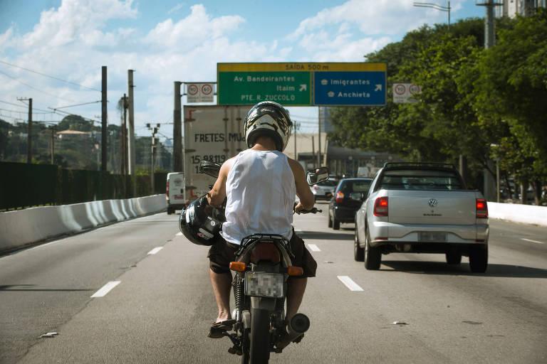 Motociclista trafega na marginal Pinheiros, onde haverá veto a motos a partir de maio