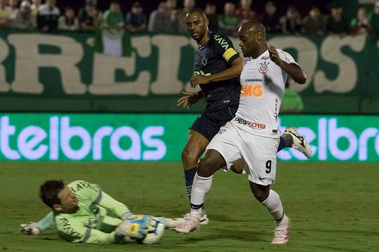 Vagner Love tenta passar pelo goleiro Vagner, na Arena Condá; Timão perde por 1 a 0 e precisa vencer no jogo de volta da Copa do Brasil