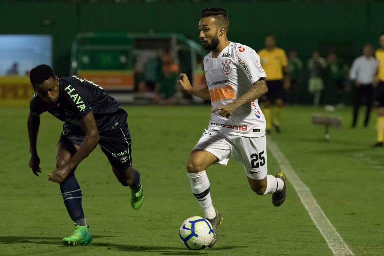 Clayson tenta passar por Elicarlos no duelo desta noite de quarta-feira na Arena Condá, pela Copa do Brasil