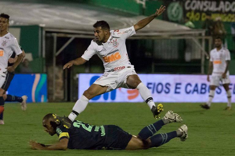O meia corintiano Sornoza tenta se livrar da marcação do zagueiro Douglas, da Chapecoense, no duelo na Arena Condá