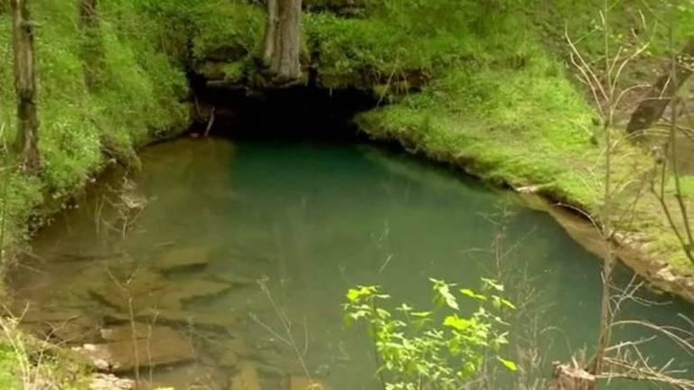 caverna em meio a lago