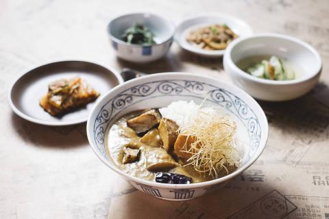 O Kare Rice, um curry de legumes, é opção vegetariana oferecida no Komah