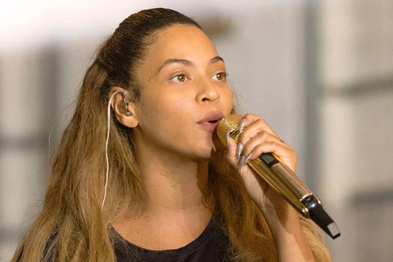 Beyoncé sem maquiagem, cantando em ensaio