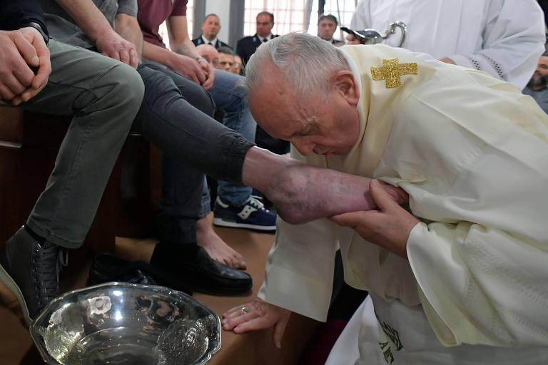 Papa Francisca lava e beija pés de presos nesta quinta-feira da Paixão (18)