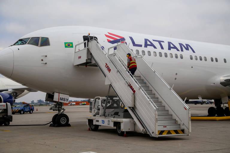 Avião da Latam na pista do aeroporto de Cumbica, em Guarulhos