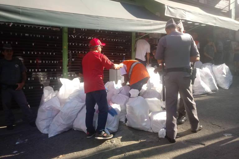 Operação da prefeitura e da PM para apreensão de mercadoria ilegal na região da 25 de Março