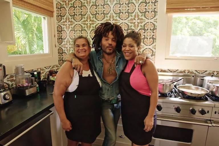 Lenny Kravitz posa com as cozinheiras de sua fazenda em Duas Barras, no Rio de Janeiro