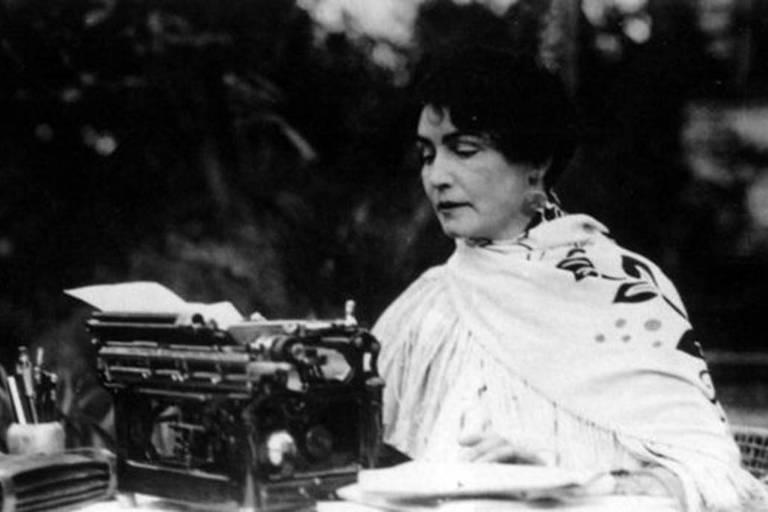 A pioneira diretora, roteirista e atriz Lois Weber fotografada em 1925