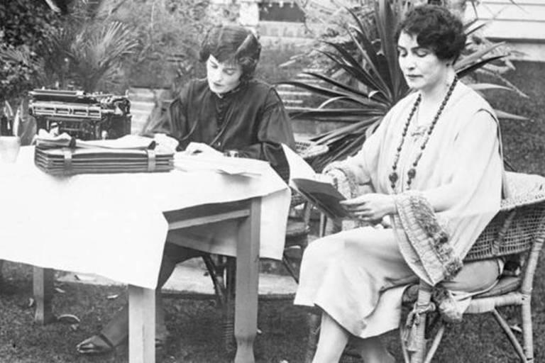 A cineasta é fotografada em seu jardim com sua secretária em 1926 - Weber morreu em 1939