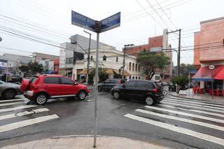 Moradores e comerciantes reclamam de cruzamento no Pari em SP