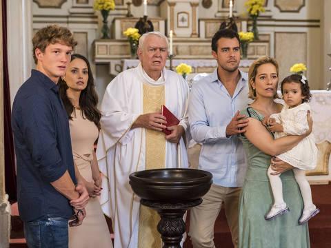 Rita encontra sua filha e invade cerimônia de batizado. Todos ali se movimentam, tentando entender o que está acontecendo. Enquanto Rita (Alanis Guillen) se aproxima de Nina, buscando alcançá-la, vê-la, tocá-la, Lígia (Paloma Duarte) se assusta