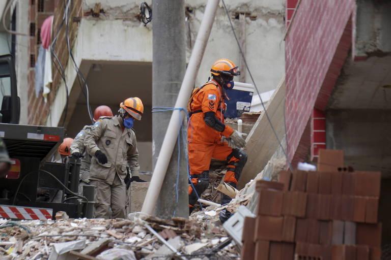 Bombeiros fazem buscas nos escombros dos prédios desabados na Muzema, no Rio