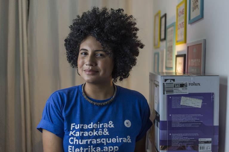 Lucilene Oliveira em sua casa, de onde toca a Eletrika, empresa de empréstimo de eletrodomésticos, na região central de SP