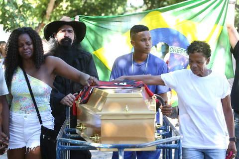 EXT CI  Rio de Janeiro   - 19\04\2018  - Enterro do catador Luciano Macedo no cemitério de Caju  - Lucimara Macedo ( irmã ) de branco cabelo comprido e  Aparecida Macedo ( de branco ) cabelo curto - Foto Guilherme Pinto / Agência O Globo