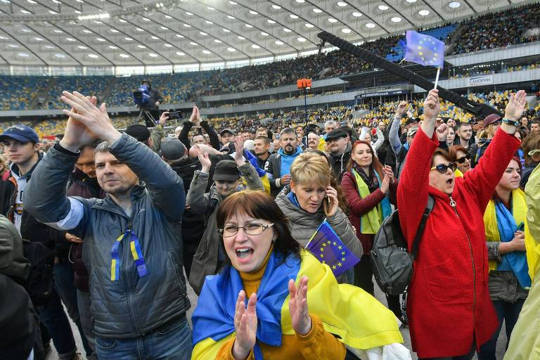 Apoiadores do presidente Porochenko no Estádio Olímpico de Kiev, onde houve debate