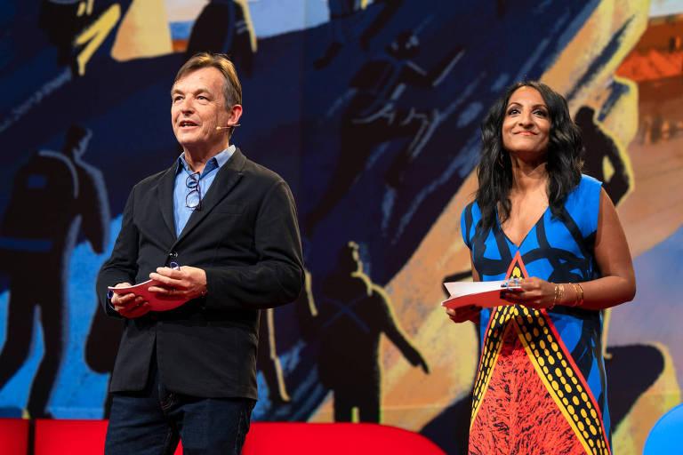 homem e mulher falam no palco da conferência TED