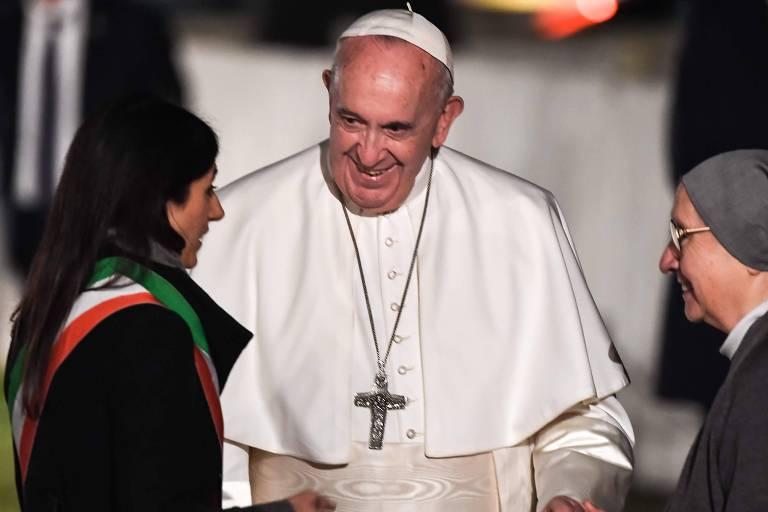 O Papa Francisco cumprimenta a prefeita de Roma, Virginia Raggi (esq), e a religiosa italiana Eugenia Bonetti (dir.), durante a Via-Crúcis, no Coliseu, em Roma