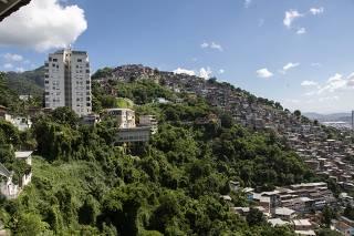 Construções em área de risco no Morro dos Prazeres