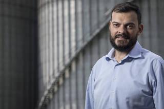 ***Especial FOLHA*** Retrato do engenheiro naval Casemiro Tercio Carvalho,41, novo presidente da CODESP (Companhia Docas do Estado de Sao Paulo) em frente aos silos da T Grao no Porto de Santos