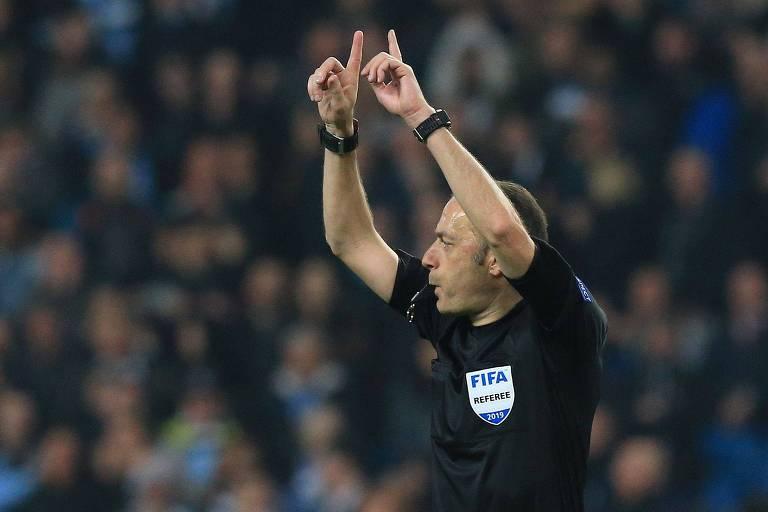O árbitro turco Cuneyt Cakir pede o auxílio do VAR na partida entre Manchester City e Tottenham; árbitro anulou, nos acréscimos, o gol que daria a vaga às semifinais da Liga dos Campeões ao City