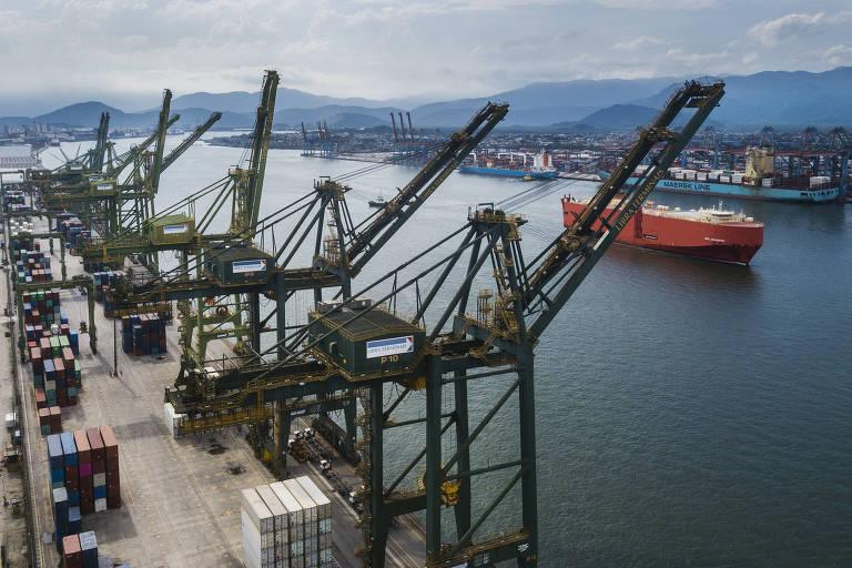 Vista de cima do terminal do Porto de Santos,  com os guindastes do Terminal Libra em primeiro plano