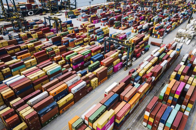 Vista geral de conteiners no patio do Terminal BTP (Brasil Terminal Portuario) no Porto de Santos