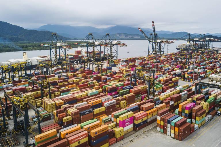 A foto mostra, de cima, vários contêineres coloridos no porto de Santos (SP).