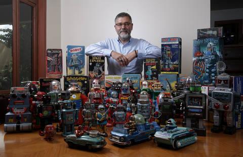 BRASILIA, DF,  BRASIL,  13-03-2019, 12h00: Paulo Pedrosa posa para fotos em sua casa com parte de sua coleção de robôs metálicos, seu hobby. (Foto: Pedro Ladeira/Folhapress, MERCADO) ***EXCLUSIVO*** ***ESPECIAL***