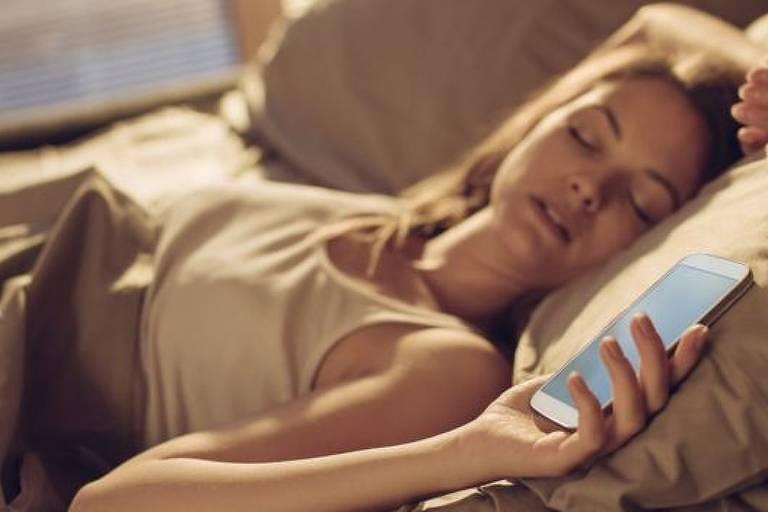 Em vez de colocar o celular no modo soneca, o ideal é abrir as cortinas e se expor à luz