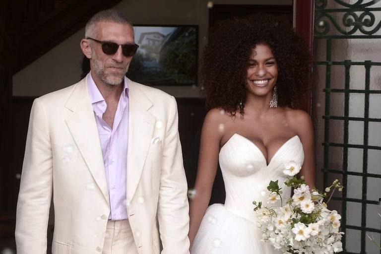 O ator Vincent Cassel e a modelo Tina Kunakey se casaram na Câmara Municipal de Bidart, no sul da França