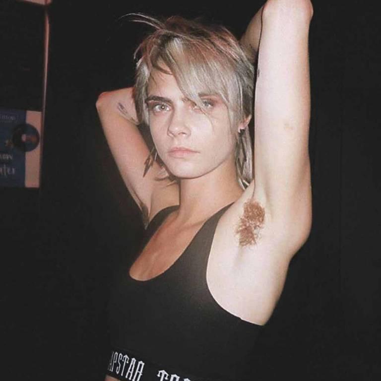 Cara Delevingne mostra peruca que teve de usar nas axilas para filme