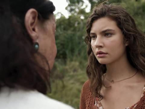 Isaura (Anja Bittencourt) fala demais e entrega que filha de Rita (Alanis Guillen) esta viva, na novela 'Malhação - Toda Forma de Amar' — Foto: Globo