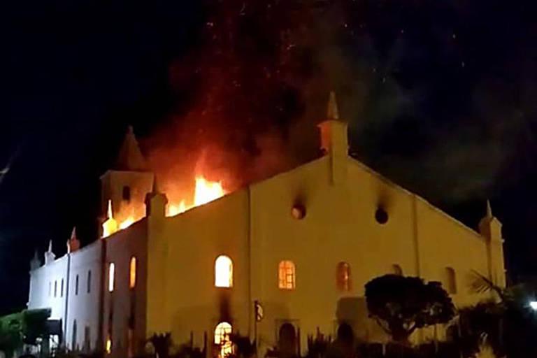 Igreja matriz de Monte Santo, na Bahia, pegou fogo na madrugada de sábado (20)