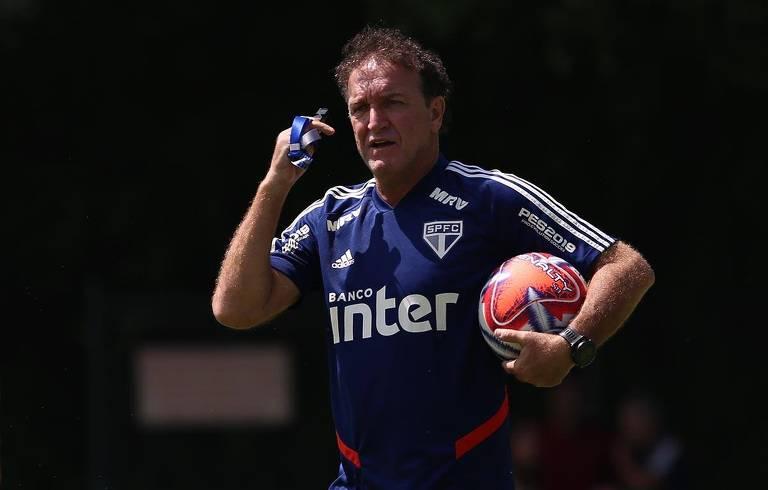 O técnico Cuca orienta os jogadores durante treinamento do São Paulo