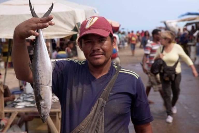 Centenas de pessoas vão ao mercado de Los Cocos de Puerto La Cruz para trocar produtos por peixes