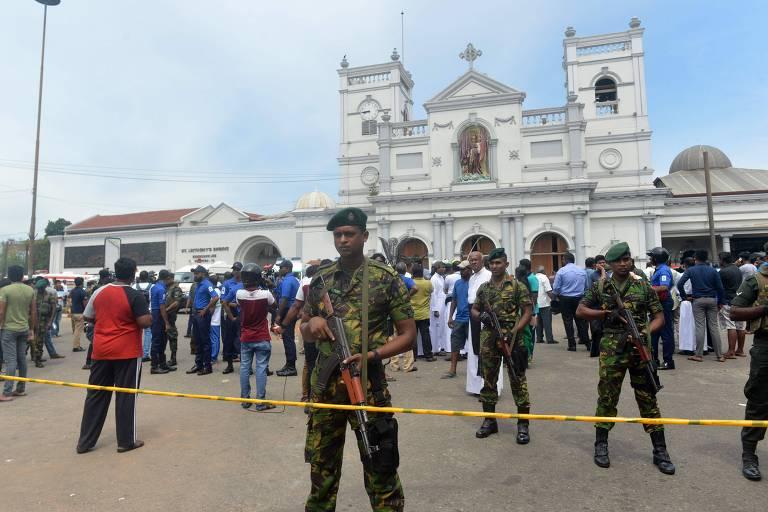 Agentes de segurança do Sri Lanka do lado de fora do Santuário de Santo Antônio, em Colombo, um dos pontos atingidos por explosões durante a Páscoa.