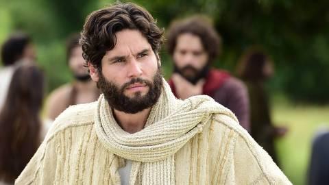 O Messias (Dudu Oliveira) avisa que será morto e seus apóstolos se surpreendem.Satanás (Mayana Moura) aparece no meio das pessoas e se diverte com a preocupação de todos.