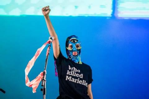 Mônica Benício (esq.) entrega camiseta a Nadya Tolokonnikova, do Pussy Riot