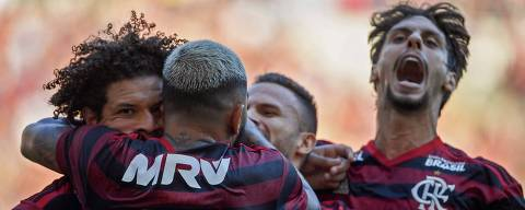 Flamengo team player Willian Arao (L) celebrates with teammates after scoring against Vasco da Gama during the Campeonato Carioca 2019 final football match at Maracana stadium in Rio de Janeiro, Brazil, on April 21, 2019. (Photo by Mauro Pimentel / AFP)