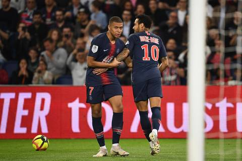 Paris Saint-Germain's French forward Kylian Mbappe (L) reacts with Paris Saint-Germain's Brazilian forward Neymar during the French L1 football match between Paris Saint-Germain (PSG) and Monaco (ASM) on April 21, 2019 at the Parc des Princes stadium in Paris. (Photo by Anne-Christine POUJOULAT / AFP)