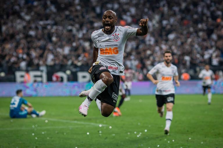 O jogador Vagner Love comemora o gol que deu o título paulista ao Corinthians