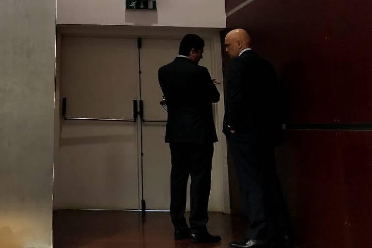 Os ministros Sergio Moro (Justiça) e Alexandre de Moraes (STF) conversam durante fórum jurídico em Lisboa