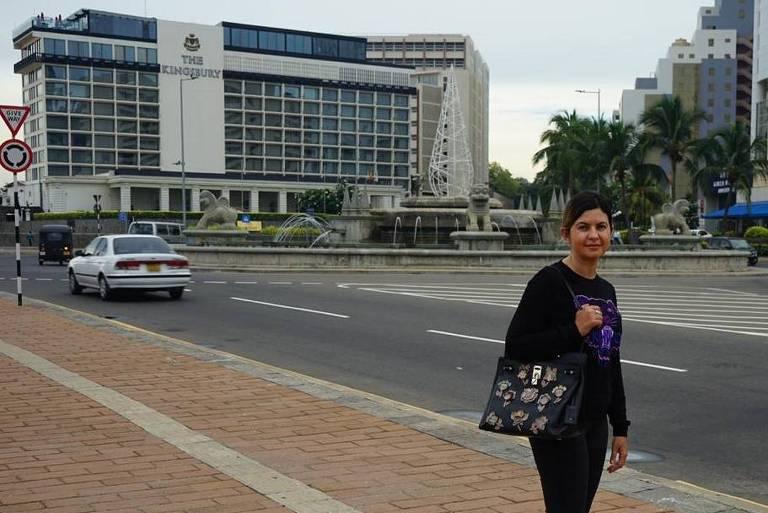A brasileira Alice Ferreira Souza, 35, posa em frente ao hotel Kingsbury, em Colombo, no Sri Lanka, pouco antes de uma explosão atingir o local