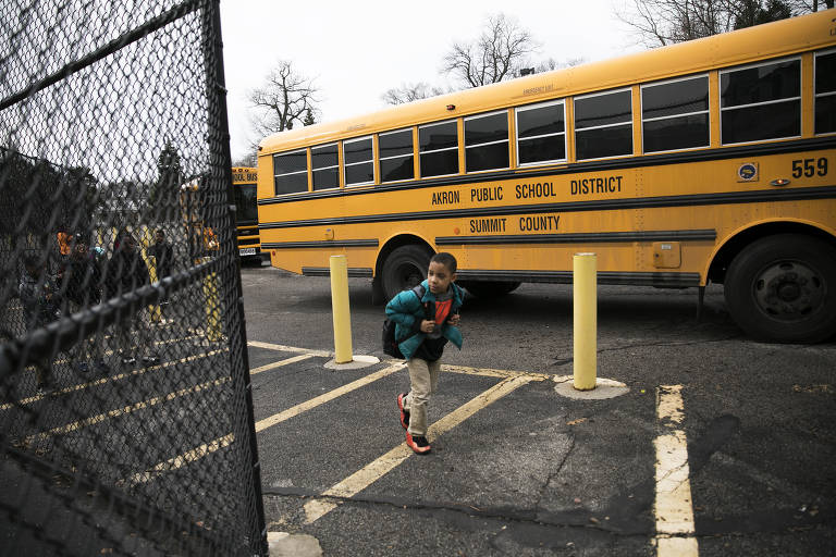 Estudantes chegam para aula na I Promise School, escola pública criada por LeBron Jaemes em sua cidade-natal, Akron (Ohio)