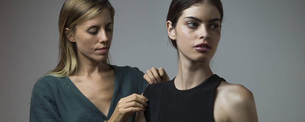 A estilista Marcella Franklin com modelo de coleção da Haight, grife de moda praia carioca que estreia na São Paulo Fashion Week