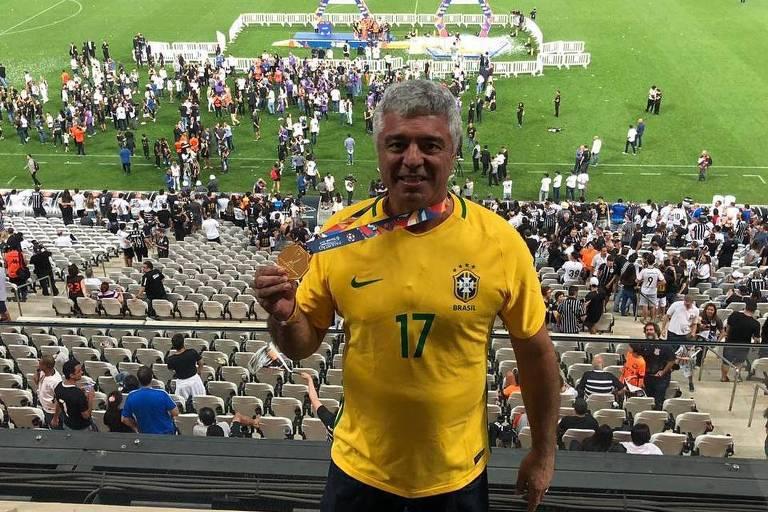 Senador Major Olimpio (PSL-SP) exibe a medalha que diz ter ganhado do presidente do Corinthians durante festa de premiação do clube