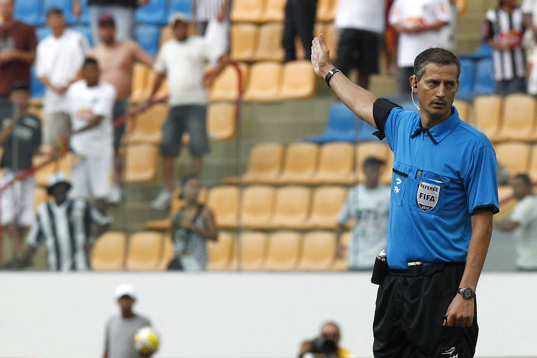 O então árbitro Sálvio Spinola em lance durante partida do Campeonato Paulista de 2011