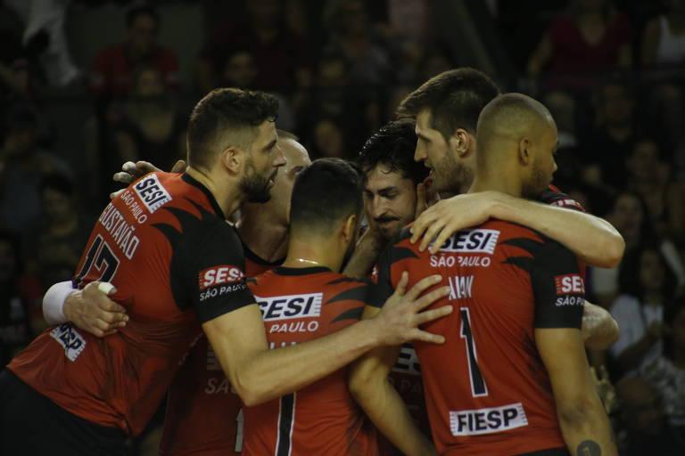 Jogadores do Sesi-SP se abraçam; time vice-campeão da Superliga no ano passado volta à decisão