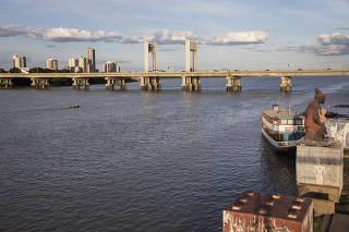 ***Especial transposicao do rio Sao Francisco*** Ponte Pres Dutra sobre o rio Sao Francisco ligando a cidade de  Petrolina (Pernambuco) Juazeiro (Bahia)