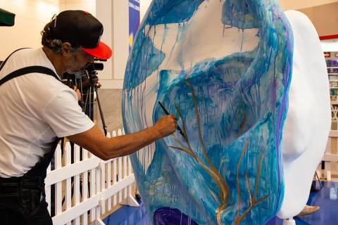 rtistas plásticos de todo o país começaram a pintar nesta segunda (22), no átrio do shopping Frei Caneca, em São Paulo, 66 orelhas gigantes, de 2,40 m cada, que em julho vão ganhar as ruas e praças de São Paulo.